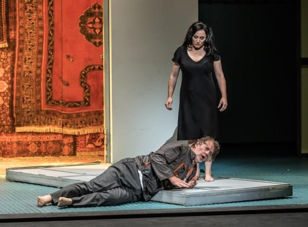 Katyerina és Borisz Tyimofejevics: Patricia racette és Robert Hayward (fotó: Clive Barda / English National Opera)