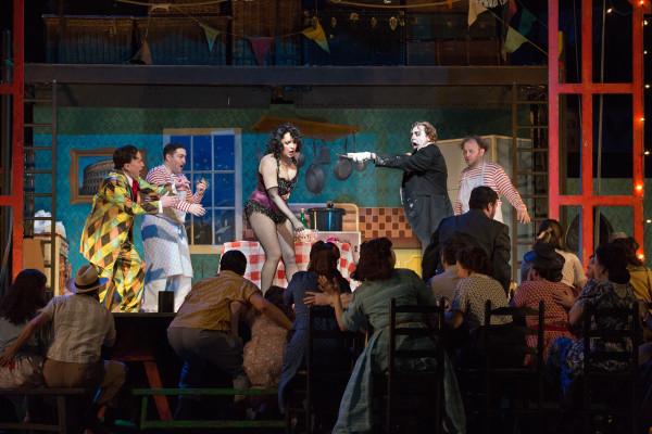 Jelenet a Bajazzók előadásából, középen Barbara Frittoli (Nedda) és Roberto Alagna (Canio) (fotó: Marty Sohl / Metropolitan Opera)
