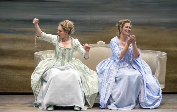 Dorabella és Fiordiligi: Angel Brower és Julia Kleiter (fotó: Ruth Walz / Salzburger Festspiele)