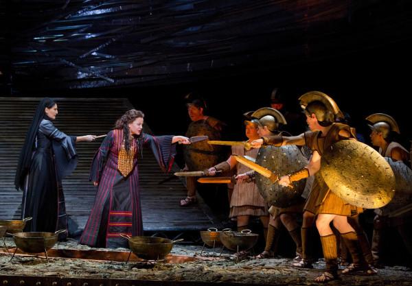 Jelenet A trójaiak első részéből, elöl Deborah Voigt mint Cassandra (fotó: Cory Weaver)