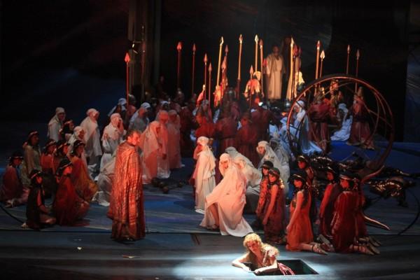 Jelenet az előadásból, elől Rálik Szilvia (Abigél) és Massányi Viktor (Nabucco)