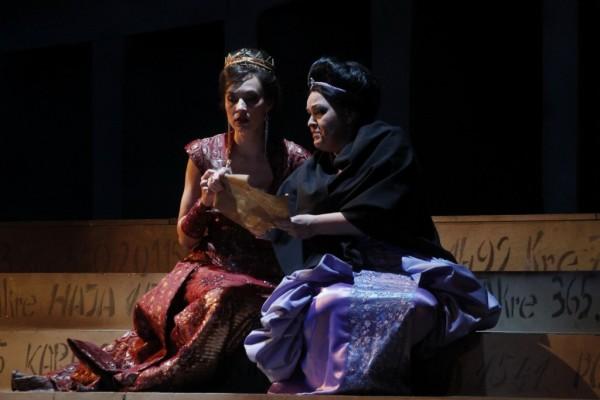 Iréne császárné és Zenóbia: Kele Brigitta és Wiedemann Bernadett (fotó: Vajda János)