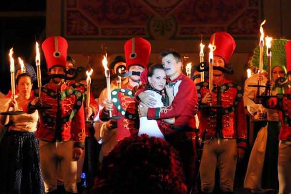 Örzse és Háry: Bordás Barbara és Homonnay Zsolt (fotó: Dusha Béla / Szegedi Szabadtéri Játékok)