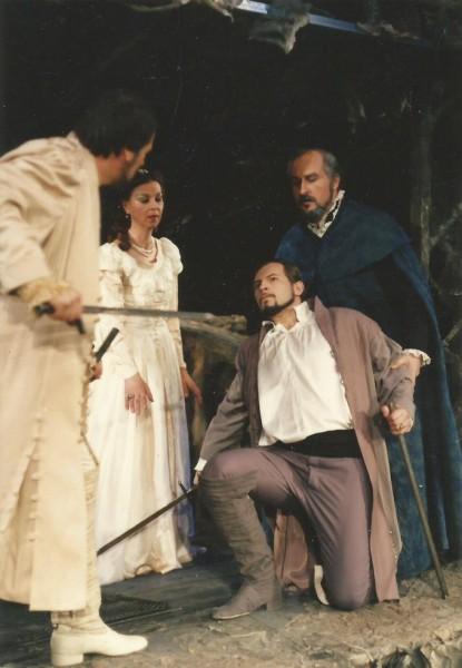 Jelenet A trubadúr 1990-es miskolci előadásából: Vadász István, Jobbágy Mária, Egri László és Szüle Tamás (fotó: Dobos Klára)