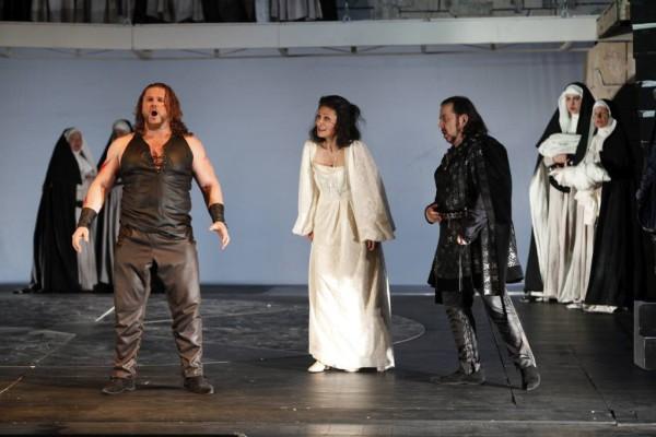 Leonóra, Manrico és Luna: Nadia Cerchez, Tóbisz Titusz és Kelemen Zoltán (fotó: Szegedi Nemzeti Színház)
