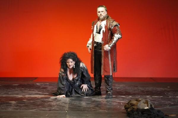 Azucena és Manrico: Wiedemann Bernadett és Tóbisz Titusz (fotó: Szegedi Nemzeti Színház)