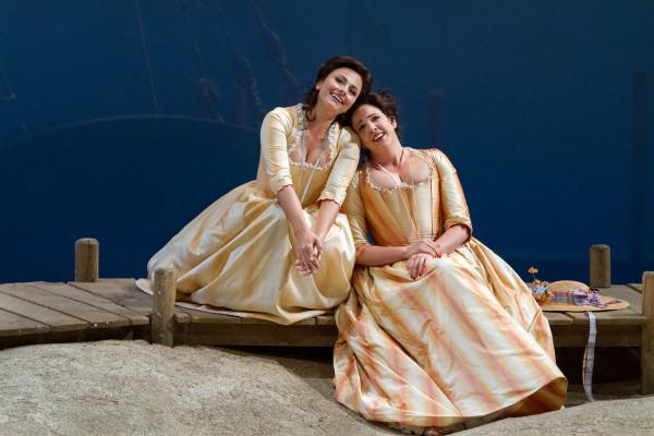 Fiordiligi és Dorabella: Susanna Phillips és Isabel Leonard (fotó: Marty Sohl)